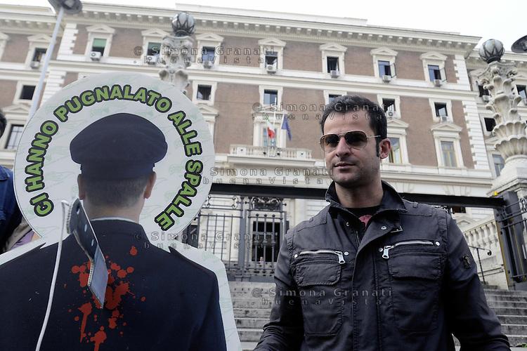 Roma, 23 Ottobre 2012.Viminale.Lavoratori del comparto sicurezza e poliziotti manifestano davanti il Ministero dell'interno controla legge di stabilità 2013.Poliziotti veri con sagome di poliziotti pugnalati alle spalle