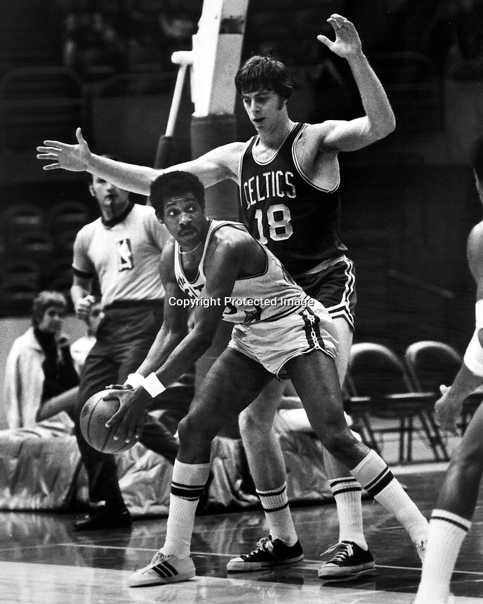 Golden State Warriors Nick Jones guarded by Boston Celtic Dave Cowens. (photo/Ron Riesterer)