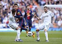 FUSSBALL  INTERNATIONAL  PRIMERA DIVISION  SAISON 2012/2013   26. Spieltag  El Clasico   Real Madrid  - FC Barcelona        02.03.2013 Thiago Alcantara (Mitte,  Barca)  gegen Alvaro Morata (li, Real Madrid)  und Karim Benzema (re, Real Madrid)