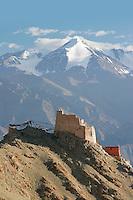 Au-dessus de Leh, les ruines de l'ancien Palais Royal abandonné en 1846 lors de l'invasion des conquérants Dogra. Dans le lointain, la Chaîne du Zanskar culmine à plus de 6000 mètres d'altitude. Leh, Ladakh Himalaya Inde. Photo : Vibert / Actionreporter.com