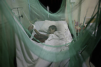 Child patient sleeping under mosquito netting in an MSF clinic for victims of floods in Pakistan