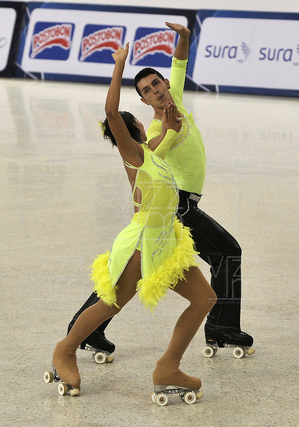CALI – COLOMBIA – 26-07-2013: Leonardo Parrado y Marcela Cruz de  Colombia en acción en Patinaje Artistico durante los IX Juegos Mundiales Cali, julio 26 de 2013.(Foto: VizzorImage / Luis Ramirez / Staff.) Leonardo Parrado and Marcela Cruz from Colombia in action in the Artistic Skating in the IX World Games Cali July 26, 2013. (Photo: VizzorImage / Luis Ramirez / Staff.)