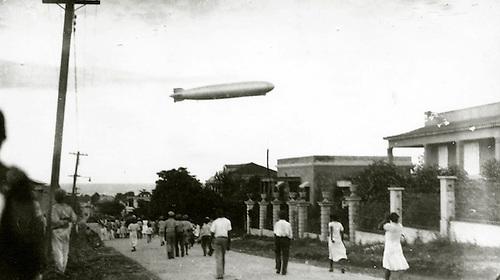 El Graf Zeppelín volando a baja altura sobre la ciudad de Santo Domingo. 22 de octubre, 1933. Col. AGN