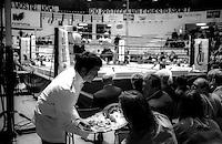 Roma  .Incontro  di boxe dilettanti.Un cameriere serve stuzzichini ai spettatori durante un incontro