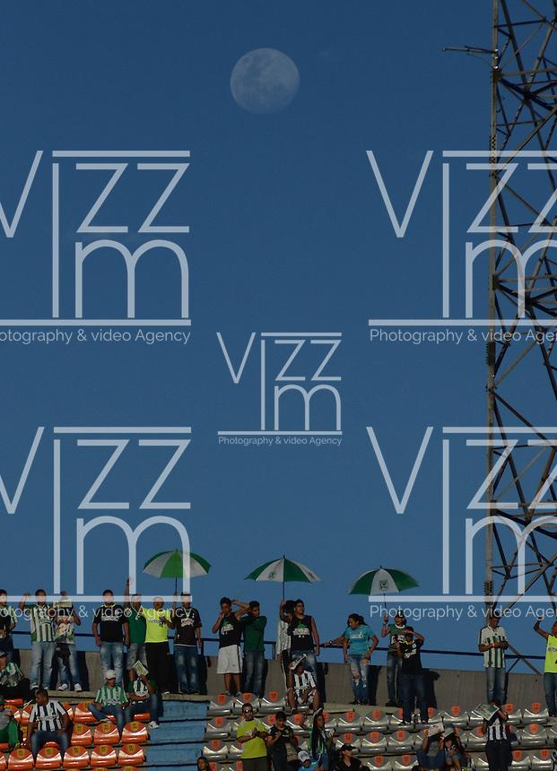 MEDELLÍN -COLOMBIA-19-04-2016. Hinchas de Atlético Nacional de Colombia  animan a su equipo previo al partido con Huracan de Argentina por la fecha 6, G4, de la Copa Bridgestone Libertadores 2016 jugado en el estadio Atanasio Girardot de la ciudad de Medellín. / Fans of Atletico Nacional de Colombia cheer for their team during the match against Huracan of Argentina for the date 6, G4, of the Copa Bridgestone Libertadores 2016 played at Atanasio Girardot stadium in Medellin city. Photo: VizzorImage/ León Monsalve /Str