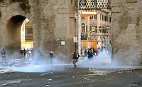 Roma  15 Ottobre 2011.Manifestazione contro la crisi e l'austerità.Scontri tra manifestanti e forze dell'ordine.Manifestanti fronteggiano le forze dell'ordine in piazza San Giovanni  tra il fumo dei lacrimogeni