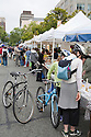 Cyclists shopping at Ecology Center's Berkeley Farmers' Market which prides itself on being a 'Zero Waste Zone' and prohibiting genetically modified foods. Berkeley, California, USA