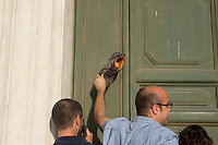 Roma, 9  Luglio 2012.Consiglio comunale in Campidoglio nell'aula Giulio Cesare per  la discussione sulla  cessione del 21% della controllata Acea, l'azienda che si occupa di acqua e servizi. Attivisti della rete acqua bene comune protestano fuori la porta dell'aula Giulio Cesare