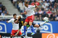 FUSSBALL   1. BUNDESLIGA   SAISON 2011/2012    6. SPIELTAG Hamburger SV - Borussia Moenchengladbach            17.09.2011 Robert TESCHE (vorn, Hamburg) gegen Thorben MARX (hinten, Moenchengladbach)