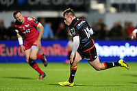 Nick Tompkins of Saracens goes on the attack. European Rugby Champions Cup match, between Saracens and the Scarlets on October 22, 2016 at Allianz Park in London, England. Photo by: Patrick Khachfe / JMP