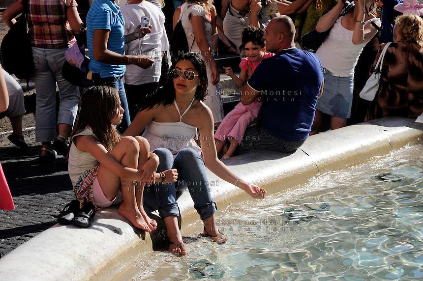 Roma 2 Agosto 2010.Turisti si  rinfrescano i piedi dentro Fontana di Trevi.Rome August 2, 2010.Tourists they cool their feet in the Trevi Fountain