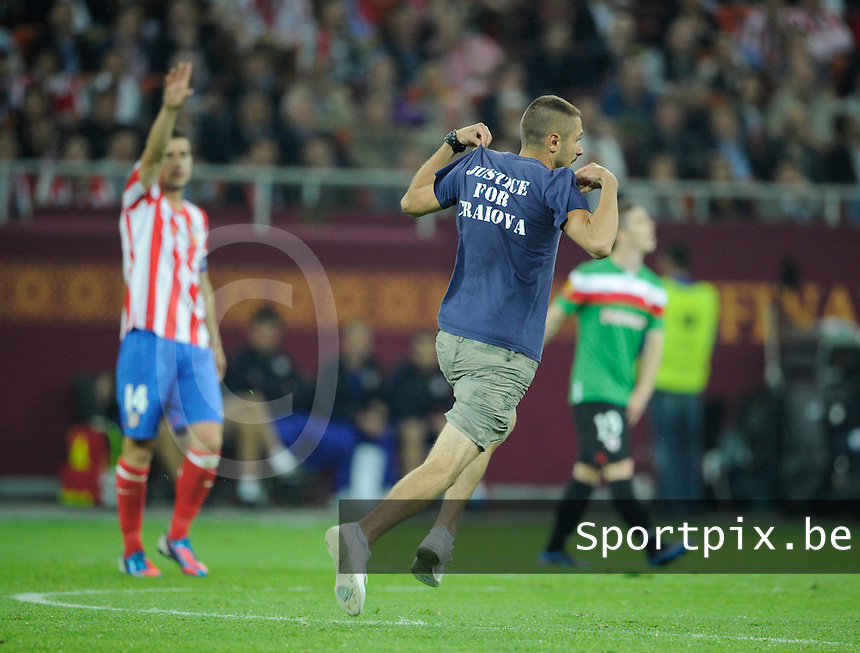 Uefa Europa League Final Bucharest 2012 : Wednesday 9 May 2012 - National Arena Bucharest : Club Atletico de Madrid - Athletic Club Bilbao.een streaker komt het veld opgelopen met de tekst Justice For Craiova.foto DAVID CATRY