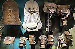 Foto: VidiPhoto<br /> <br /> PASSENDALE - Het Memorial Museum Passchedaele in Passendale bij Ieper in West-Vlaanderen, is ontegenzeglijk een van de mooiste en indrukwekkenste musea over de Eerste Wereldoorlog (The Great War). Het museum houdt de herinnering levend aan de Slag van Passendale, waarbij in 1917 in honderd dagen tijd een half miljoen militairen sneuvelden voor slechts 8 km. terreinwinst. In een unieke dugout experience met tal van diorama's wordt getoond hoe Britse militairen ondergronds gingen leven omdat boven alles was weggeschoten. Foto: De eerste gasmaskers in allerlei soorten en maten.