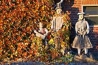 Holzfiguren in Vierlaender Tracht im Wilden Wein: EUROPA, DEUTSCHLAND, HAMBURG, 04.11.2015: Holzfiguren in Vierlaender Tracht im Wilden Wein