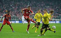 Fussball Bundesliga Saison 2011/2012 13. Spieltag FC Bayern Muenchen - Borussia Dortmund Ivica OLIC (FCB, l) scheitert kurz vor Schluss gegen Lukasz PISZCZEK (BVB).