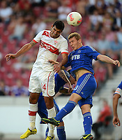 Fussball Europa League Play Offs:  Saison   2012/2013     VfB Stuttgart - Dynamo Moskau  22.08.2012 Francisco Rodriguez (li, VfB Stuttgart) gegen Andrei Panyukov (Dynamo Moskau)