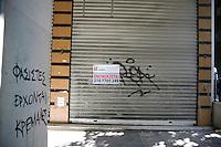 Atene, negozi chiusi in pieno centro in seguito alla crisi economica Poveri dormono in strada Negozi vuoti