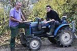 Foto: VidiPhoto<br /> <br /> SLIJK-EWIJK - Fruittelers in het hele land zijn op dit moment de dupe van dieven en rovers die na de oogsttijd het voorzien hebben op de enorm populaire en handige kleine fruitteelttractors. Het fruitteeltbedrijf van Frederik Bunt (bestuurslid van NFO) is de plunderaars nu echter te slim af met een aangepast gps-volgsysteem. Gestolen landbouwvoertuigen kunnen nu op 5 meter nauwkeurig getraceerd worden. Zoon Wim paste bestaande gps-systemen aan en plaatste ze na eerdere inbraken in de machines van zijn vader en inmiddels ook tal van andere Betuwse fruittelers. Twee gestolen tractoren konden ze zo onlangs terughalen op een woonwagenkamp in de buurt. Een van de bewoners, bekend onder de bijnaam Kleine Kareltje, had de voertuigen even daarvoor bij Bunt gestolen. De fruitteler ging zelf achter de dieven aan en werd vanuit huis aangestuurd. De spullen werden inderdaad teruggevonden op de plek waar het gps-signaal vandaan kwam. Niet de dief, maar de fruitteler zelf kreeg er van de politie van langs. Hij had het 'recht' niet in eigen hand mogen nemen volgens de dienders. Omdat er alleen al in de Betuwe zo'n duizend fruitteelttractors rondrijden, is er veel vraag naar het volgsysteem van Wim Bunt, die het op dit moment enorm druk heeft met zijn uit de hand gelopen hobby. Foto: Frederik en Wim Bunt in een boomgaard onder de kap bij een van de teruggevonden fruitteelttractors.