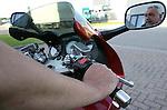 Foto: VidiPhoto..ELST - Denemarken had de primeur, maar vanaf nu is het ook mogelijk om in Nederland een cruise control op de motor te krijgen. Uitvinder Per Reby van motoDESIGN uit het Deense Vejle is op dit moment in Nederland om zijn vinding, de PaceKeeper, in Nederland te promoten. Jan van Dam Motoren in Elst wordt de Nederlandse importeur. De PaceKeeper is vooral bedoeld voor motorrijders die lange afstanden rijden.