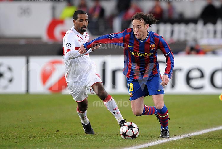 FUSSBALL  International  Champions   League  Hinspiel   SAISON 2009/2010    VfB Stuttgart -  FC Barcelona 23.02.2010 Cacau (li, VfB Stuttgart) gegen Gabriel Milito (re, Barca)