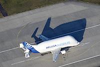 Beluga: EUROPA, DEUTSCHLAND, HAMBURG, (EUROPE, GERMANY), 03.12.2016: Eine besondere Form der A300-600 stellt der Airbus A300-600ST (ST steht für Super Transporter) dar, der auch Beluga genannt wird, da die Form des Rumpfes an den Belugawal erinnert. Es ist ein speziell für großvolumige Lasten entwickeltes Transportflugzeug und wird hauptsaechlich dazu benutzt, Flugzeugsektionen zwischen den Airbus-Standorten zu transportieren, die in ganz Europa verteilt sind. Am Anfang reichte hierfuer der Super Guppy aus, doch da die Teile mit der Entwicklung des Airbus A330/340 immer groesser wurden, entwickelte man aus der Serie des Airbus A300 den Airbus A300-600ST. Der Erstflug fand im September 1994 statt.