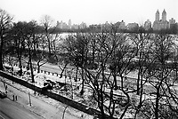USA. New York. Central Park. View in the winter on the Jacqueline Kennedy Onassis Reservoir from a balcony's building on 94th Street and 5th Avenue ( Fifth Ave). The Jacqueline Kennedy Onassis Reservoir (sometimes abbreviated by locals as JKO) – originally and sometimes still known as the Central Park Reservoir – is a decommissioned reservoir in Central Park in the borough of Manhattan, New York City. The JKO Reservoir covers 106 acres (43 ha) and holds over 1,000,000,000 US gallons (3,800,000 m3) of water. Though no longer used to distribute New York City's water supply. It is a popular place of interest; there is a 1.58-mile (2.54 km) jogging track around it and it is also encircled by the park's bridle trail. © 1986 Didier Ruef