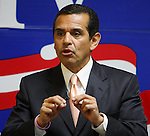 Los Angeles mayor Antonio Villaraigosa speaks to an assembly of presidential candidate Hillary Clinton supporters, Feb. 18, 2008, at Clinton's presidential campaign headquarters in San Antonio. (Darren Abate/PressPhotoIntl.com)