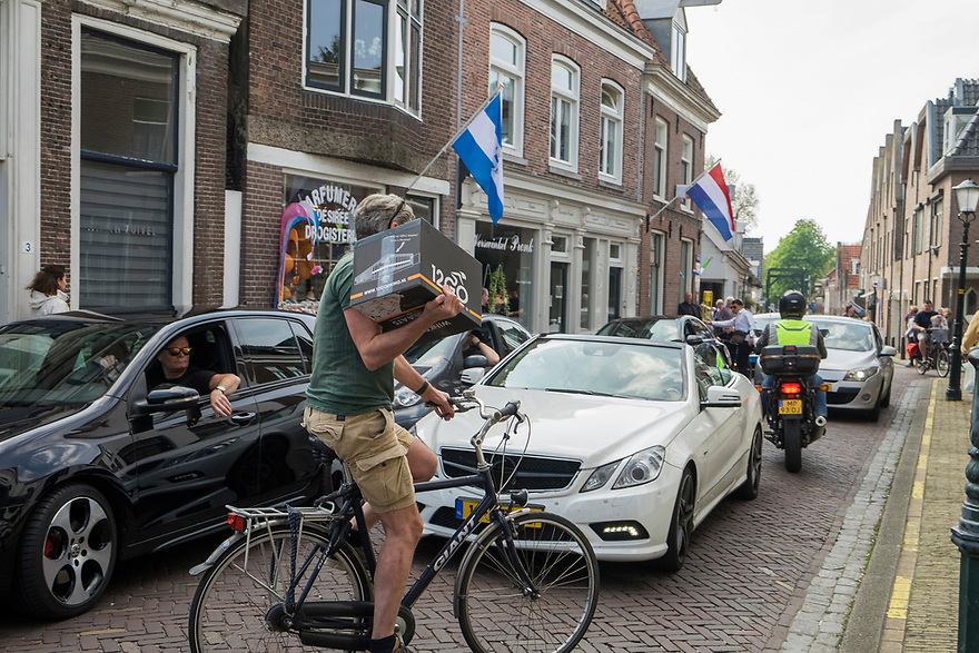 Nederland, Muiden, 20170506<br /> Drukte in het centrum van Muiden. Smalle straatjes en veel autoverkeer, vooral als het mooi weer is. <br /> <br /> Foto: (c) Michiel Wijnbergh