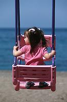 Europe/Chypre/Latchi: Petite fille et balançoire sur la plage