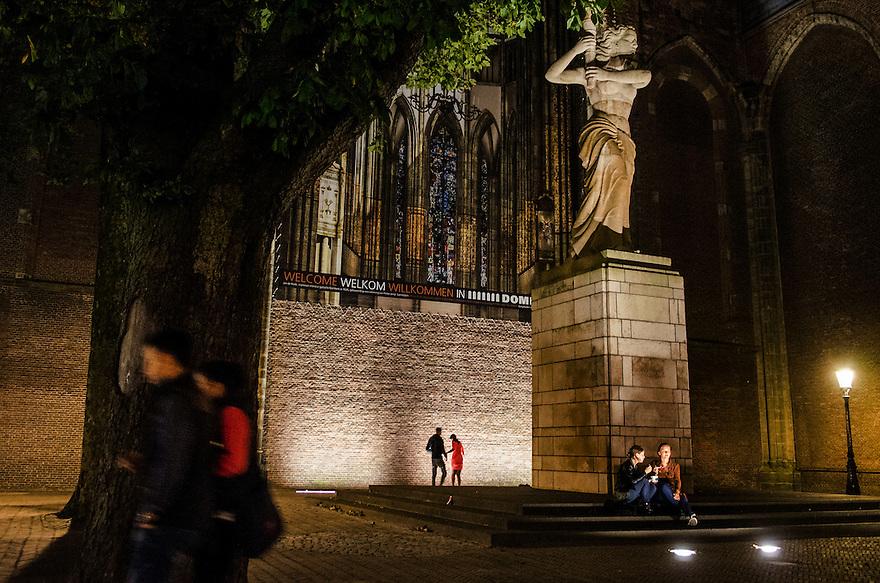 Netherlands, Utrecht, 11 sept 2014<br /> Avondbeeld van de stad Utrecht bij de Dom. Jongeren zitten op straat te kletsen. Zomeravond.<br /> Foto: (c) Michiel Wijnbergh