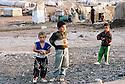 Irak 2000. Les enfants du camp de Talahi, prés de Dohok. Ce camp accueille les familles kurdes qui reviennent d'Iran et qui attendent d'ètre relogées dans des maisons ou appartements.   Iraq 2000. Children in Talahi camp near Dohok. The Kurds coming back from Iran have to wait in this camp before to have an house or an apartment.