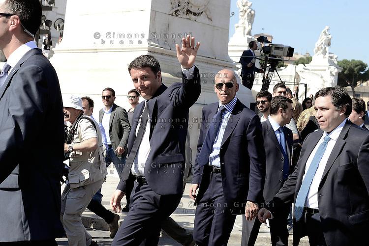 Roma, 2 Giugno 2015<br /> Altare della Patria.<br /> Matteo Renzi saluta.<br /> Festa della Repubblica, 69&deg; anniversario.<br /> In attesa della parata militare