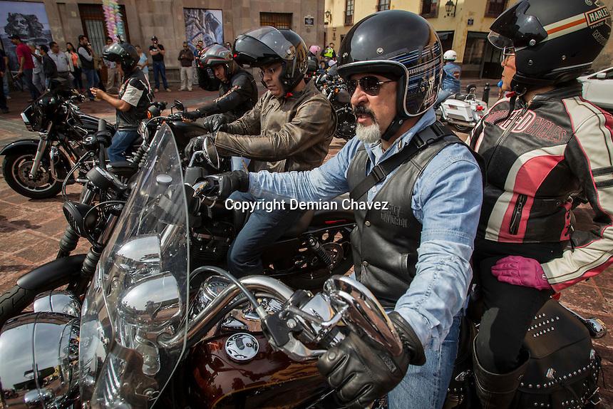 Quer&eacute;taro, Qro. 21 de agosto de 2016.- Alcalde capitalino de &lrm;Quer&eacute;taro Marcos Aguilar Vega del encabeza desfile de motociclistas de Querebiker2016. Del 24 al 28 de agosto se celebrar&aacute; la Concentraci&oacute;n Internacional Querebiker. Este evento invita a la concentraci&oacute;n que tendr&aacute;n en diferentes municipios, donde se fomentar&aacute; el turismo, la gastronom&iacute;a y el deporte del motociclismo, en municipios como Cadereyta, Col&oacute;n, Quer&eacute;taro; adem&aacute;s de visitas a los pueblos m&aacute;gicos habr&aacute; concierto en la plaza de armas. <br /> <br /> <br /> Foto: Demian Ch&aacute;vez