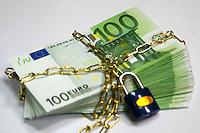 Soldi bloccati da un lucchetto. Money from a locked padlock....