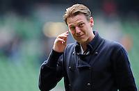 FUSSBALL   1. BUNDESLIGA   SAISON 2011/2012   34. SPIELTAG SV Werder Bremen - FC Schalke 04                       05.05.2012 Tim Borowski (SV Werder Bremen)  verabschiedet sich nach dem Abpfiff traenenreich