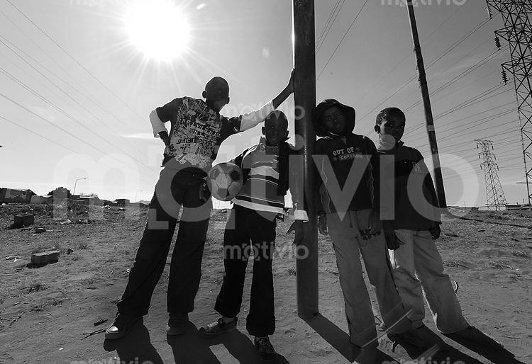 Fussball  International  FIFA Confederations Cup 2009   27.09.2009 GRUPPENBILD, Kids spielen Fussball auf  den Strassen von Soweto.