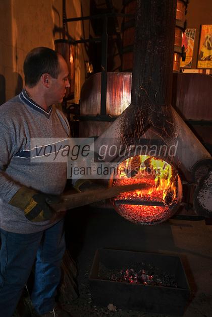 Europe/France/Midi-Pyr&eacute;n&eacute;es/32/Gers/Eauze: Le distillateur Jean Lenos Da Costa recharge en bois l'alambic  lors de la distillation au Domaine du Tariquet<br /> Auto N&deg;: 2010-101