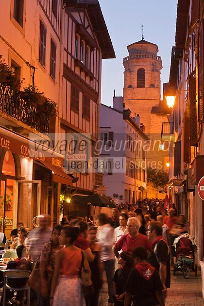 Europe/France/Aquitaine/64/Pyrénées-Atlantiques/Pays-Basque/Saint-Jean-de-Luz: Lors des Fêtes de la Saint-Jean -  Rue Saint-Jean et église Saint-Jean-Baptiste //  // France, Pyrenees Atlantiques, Basque Country,  Saint Jean de Luz: Saint John's Eve