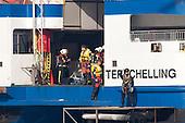 Een arts wordt met een helikopter van de Koninklijke Marine aan boord gebracht.