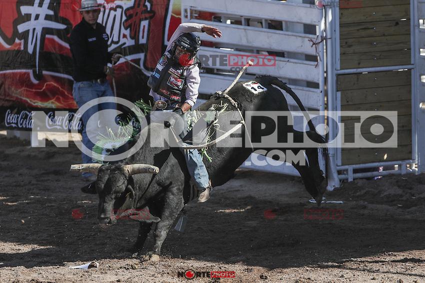Ricardo Ramirez de Zacatecas, durante el 3er. d&iacute;a de monta de toros. Campeonato Nacional de Rodeo. Area de Rodeo de la Expogan Sonora. *****<br /> &copy;Foto: LuisGutierrrez/NortePhoto