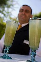 Asie/Israël/Judée/Jérusalem: Hotel American Colony- Service de la limonade, lemonade, abase de citron et de menthe fraiche sur la terrasse dominant le patio