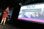 Foto: VidiPhoto<br /> <br /> RHENEN - Varkenshouders lijken zich massaal in te gaan schrijven voor de nieuwe Producenten Organisatie Varkenshouderij (POV). Dat bleek woensdagavond tijdens de bijeenkomst rond het 20-jarig bestaan van de Nederlandse Vakbond Varkenshouderij (NVV) in Ouwehands Dierenpark in Rhenen. De POV moet het opgeheven Productschap Veen en Vlees gaan vervangen als het gaat om het behartigen van gemeenschappelijke belangen in de varkenshouderij. De bijeenkomst van de NVV werd woensdagavond opgeluisterd door de aanwezigheid van staatssecretaris Sharon Dijksma van Economisch Zaken, die de varkenshouders niet alleen feliciteerde, maar ook waarschuwde goed op de signalen van de maatschappij te letten als het gaat om milieu en duurzaamheid. Foto: De nieuwe voorzitter van de NVV, Ingrid Jansen, presenteert de POV.