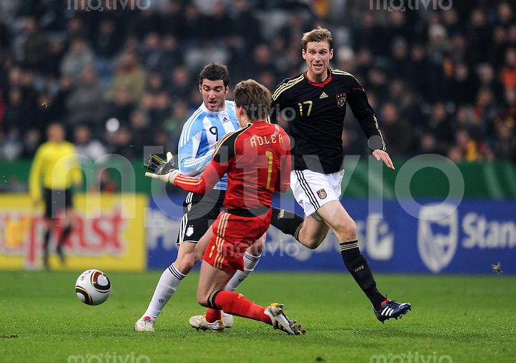 Fussball International, Deutsche Nationalmannschaft  Deutscher Fussballbund, Deutschland - Argentinien 03.03.2010 Tor zum 0:1 von Gonzalo Higuain (li, ARG) gegen Rene Adler und Per Mertesacker (GER)