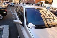 Macchine in doppia fila e in divieto di sosta, con relativa multa..Car in two rows and no parking, and the contravention.
