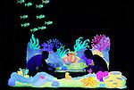 Foto: VidiPhoto<br /> <br /> ARNHEM - In Burgers' Zoo in Arnhem worden maandag de laatste voorbereidingen getroffen voor de 'onderwatermusical' Deep Ocean Monsters. Het is een productie die exclusief voor de Arnhemse dierentuin is gemaakt en &eacute;&eacute;n van de eerste die zich volledig in blacklight afspeelt. De bezoeker krijgt daardoor het gevoel deel uit te maken van het verhaal. Het gaat om een educatieve presentatie in een verhaalvorm, dat begint in de Ocean van Burgers' Zoo en zich via een droomwereld verplaatst naar de diepzeedieren in de oceaan. De presentatie is een gratis extraatje voor de bezoekers van het dierenpark. De musical wordt vanaf 16 juli tot en met 28 augustus dagelijks diverse keren uitgevoerd.