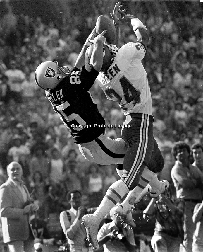 Oakland Raider Bob Chandler WR grabs pass from Kansas City defender Green. (1980 photo/Ron Riesterer)
