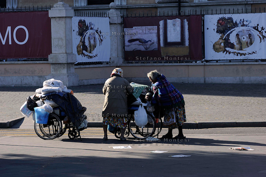 Roma 27 Ottobre 2009.Due donne senza fissa dimora vivono sul marciapiede davanti la Stazione Termini.Rome 27 October2009..Two homeless women living on the sidewalk in front of Termini Station