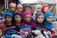 Banco di foulard, con teste di manichini con foulard colorati,têtes de mannequins avec des foulards colorés,heads of mannequins with colorful scarves