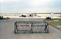 Marzo 1999.Amendola (Foggia)  Aereoporto Militare Sede  del  32/mo Stormo e Base Operativa Nato  .F16 del Aereonautica Militare Olandese in attesa di una missione sulla Jugoslavia.Dutch Air Force  F-16 fighter jets parked it the Amendola Southern Italian airbase. .In attended Air Strikes Against Yugoslavia.