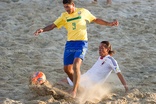 Andre (BRA), Shinji Makino (JPN), SEPTEMBER 06, 2011 - Beach Soccer : FIFA Beach Soccer World Cup Ravenna-Italy 2011 Group D match between Brazil 3-2 Japan at Stadio del Mare, Marina di Ravenna, Italy, (Photo by Enrico Calderoni/AFLO SPORT) [0391]